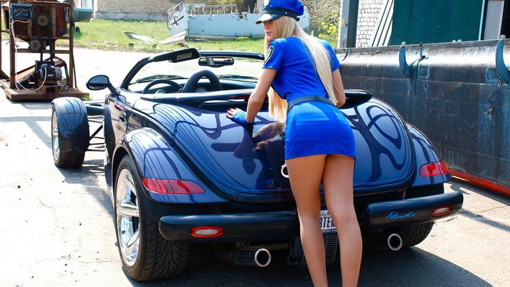 фото женских попок возле авто
