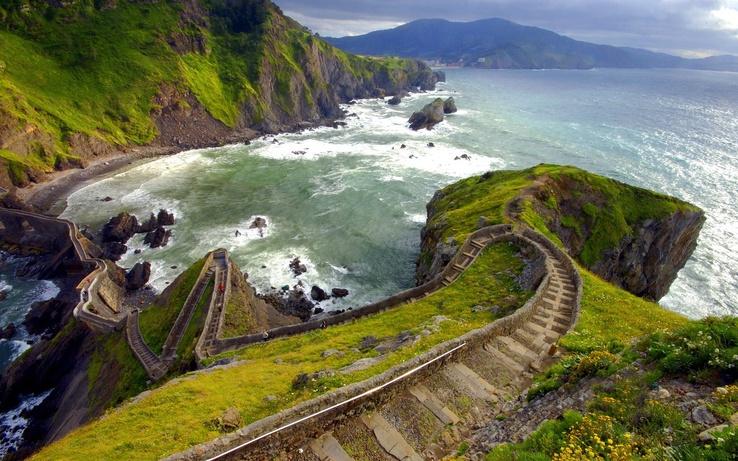 Üzerindeki patika yol kayalıkların üzerindeki patika yol