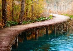 Göl kenarındaki tahta yol